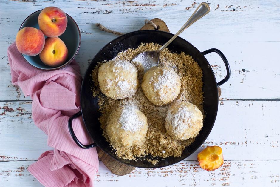 Pfirsichknödel mit Mandelbröseln