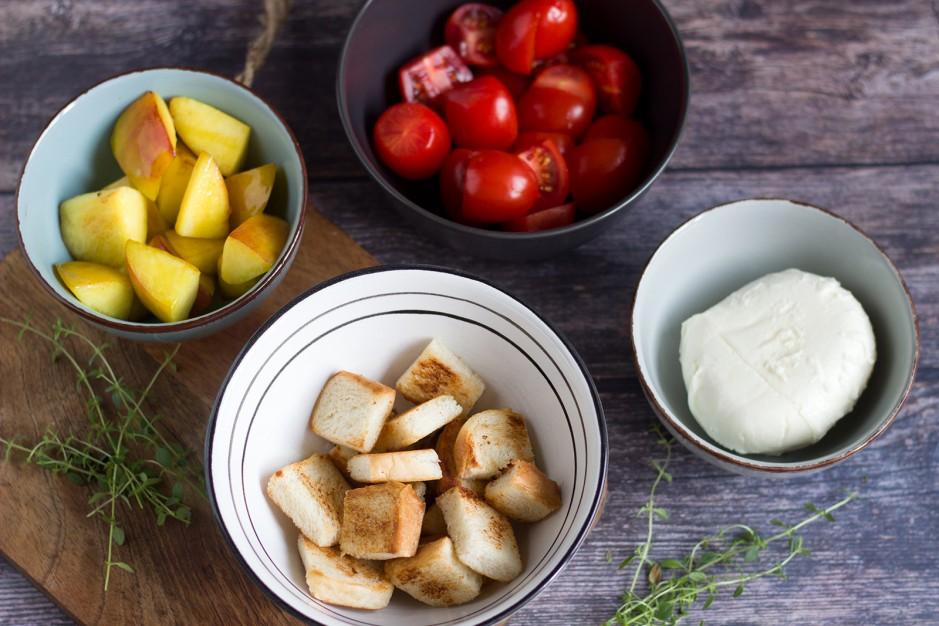 Panzanella mit gegrillten Zucchini und Pfirsich