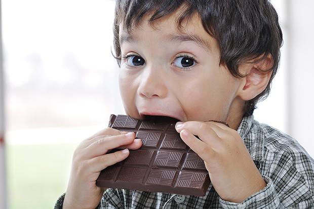 Vor allem bei Kindern sollte man ganz genau darauf achten nicht zu viel Zucker zu naschen.