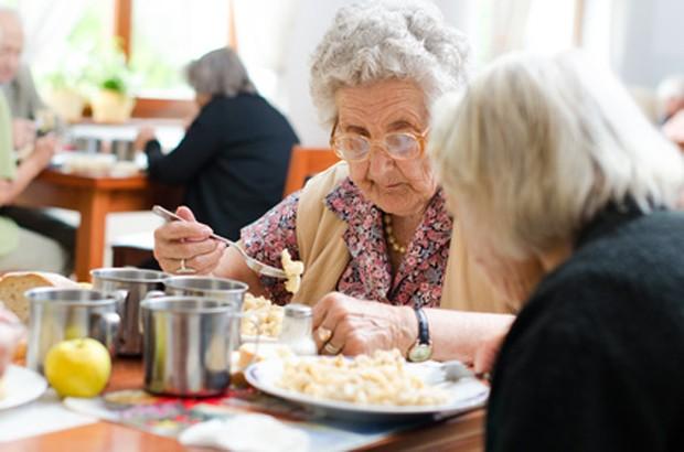 Pensionierte Dame beim Essen