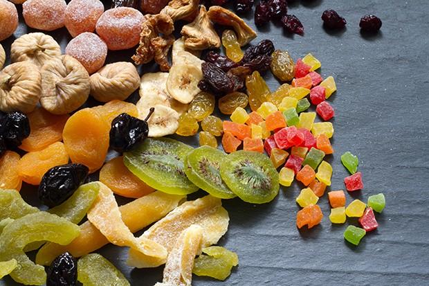 Grundsätzlich sind alle Früchte zum Kandieren geeignet - sowohl Äpfel, Birnen oder Kirschen als auch Mandarinen, Ananas oder Mangos.