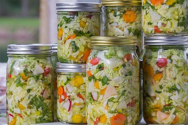 Gemüse haltbar machen ist mit der alten Technik fermentieren wieder im Trend.