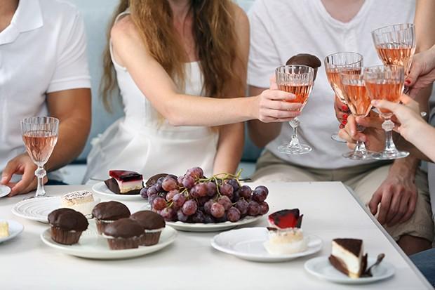 Neben Wein zum Dessert eignen sich auch ein Kaffee, Tees aber auch diverse Liköre.