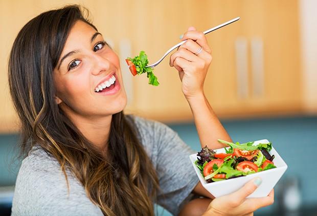 Beim Essen auf einer Festtafelsollte man auch nie den Teller oder die Schale vom Tisch heben.