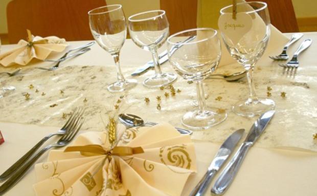 Elegante Tischsets für goldene Hochzeit