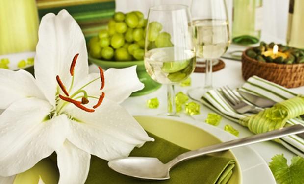 Tischdekoration mit Lilie