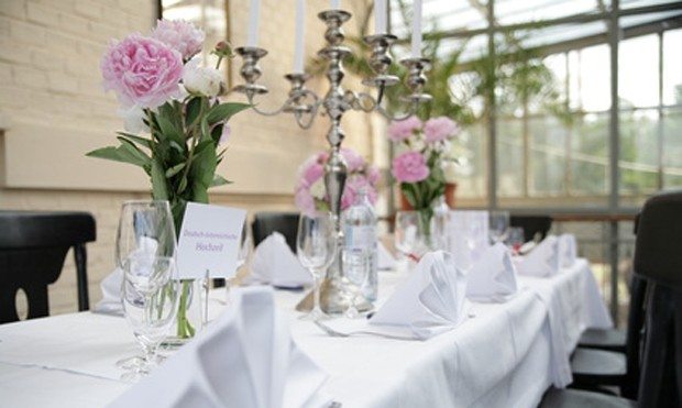 Tischdekoration mit duftenden Blumen