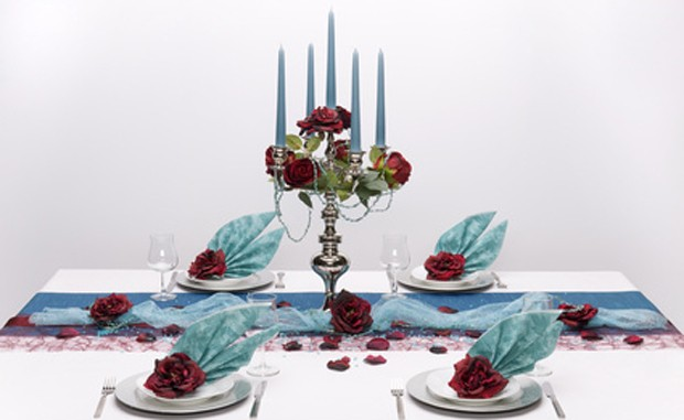 Tischdekoration blau und dunkelrot