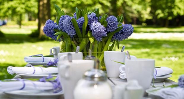 Tischdekoration mit Blumen
