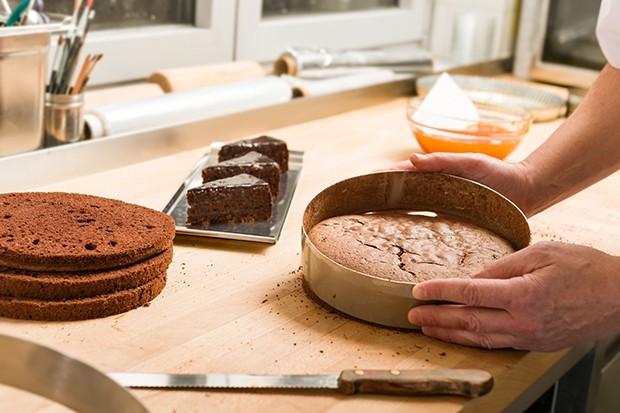 Für ein Schokoladen-Biskuit einfach ein wenig Kakaopulver zum Teig hinzufügen.