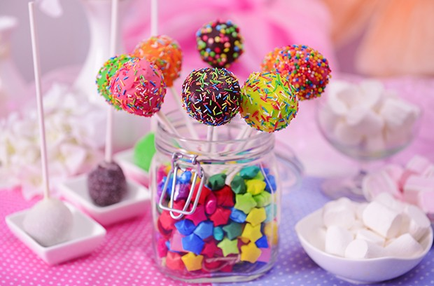 Bunte Cake Pops sind der Blickfang auf jeder Geburtstagsparty.