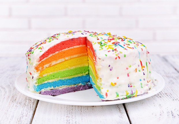 Diese süße Regenbogentorte sieht nicht nur toll aus, sondern schmeckt auch super köstlich.