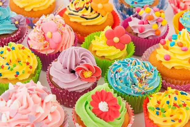 Liebevoll und bunt verzierte Cupcakes lieben alle Kinder.