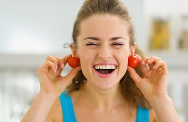 Gut gelaunte Frau mit Tomaten