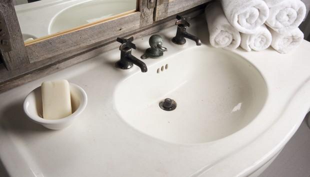 Metallkratzer im Waschbecken