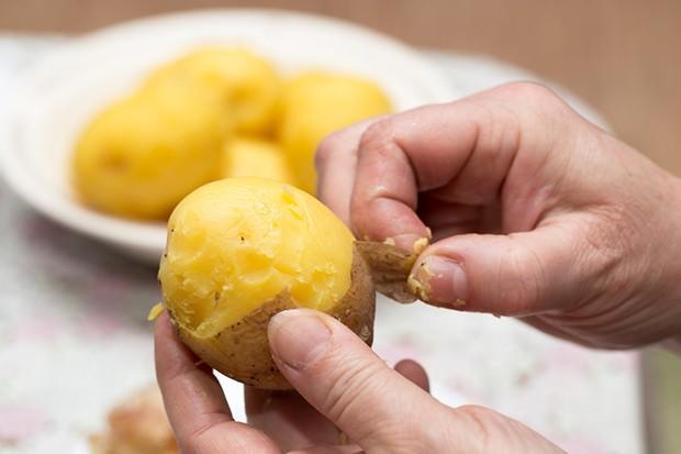 Kartoffeln nach dem Kochen mit kalten Wasser abspülen – dann fällt das Schälen leichter.