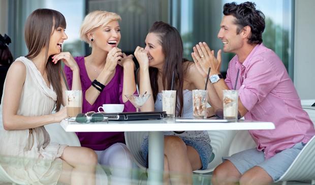 entspannen beim Kaffee mit Freunden