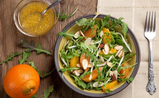Salat mit Rucola und Orangenstücke