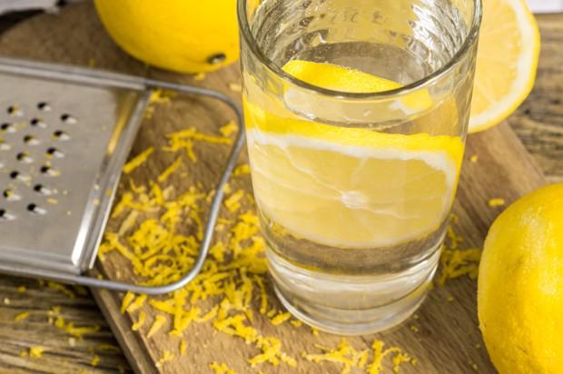 Zitrone mit Wasser