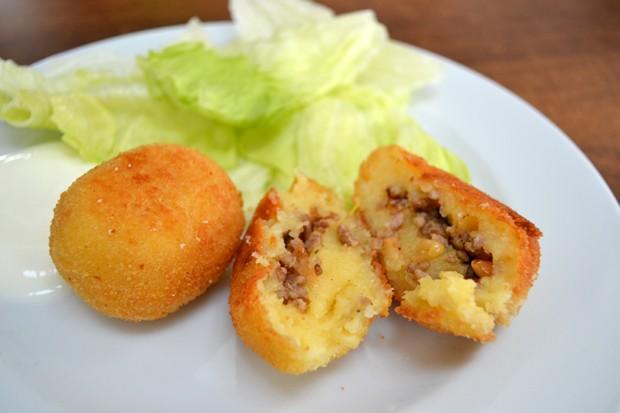 Kartoffelköfte servieren