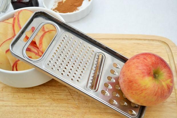 Apfelstücke reiben
