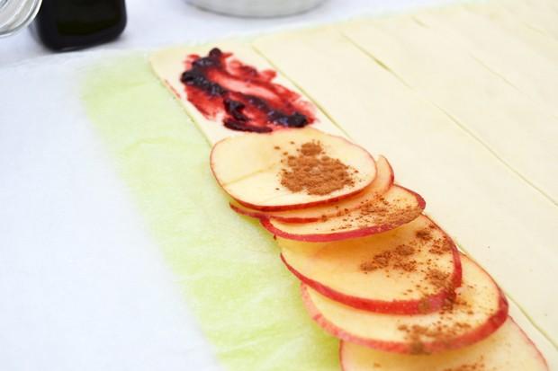 Teig mit Apfelscheiben belegen