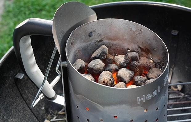 Griller anfeuern mit einem Heizkamin