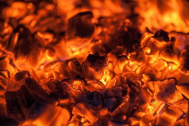 Erst wenn das Holz glüht (nicht mehr brennt) kann mit dem Grillen begonnen werden.