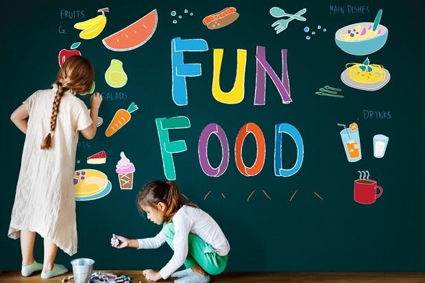 Kinder malen im Restaurant