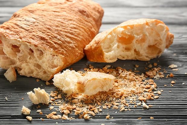 Aus altem Brot oder Semmeln kann man recht einfach, köstliche Bröseln machen.