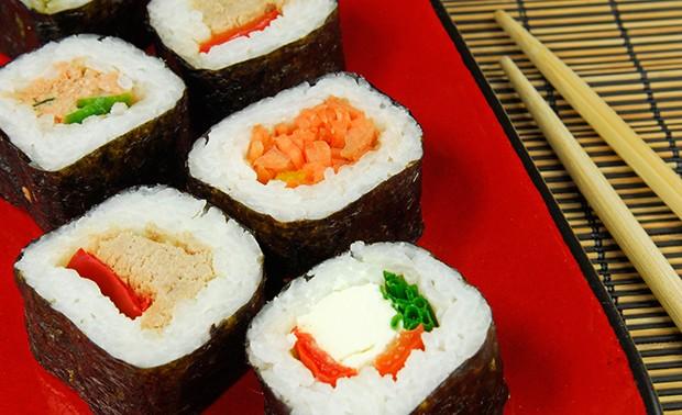 Futo-Maki ist eine große Rolle und wird mit verschiedenen Zutaten gefüllt.