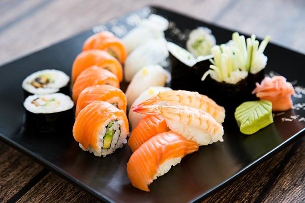 Sushi gibt es in vielen verschiedenen Formen – von Maki über Nigiri bis hin zu  Sashimi.