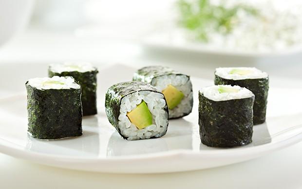 Hosomaki - dünne, aus einem halben Nori-Blatt hergestellte Reisrollen mit nur einer Zutat gefüllt.