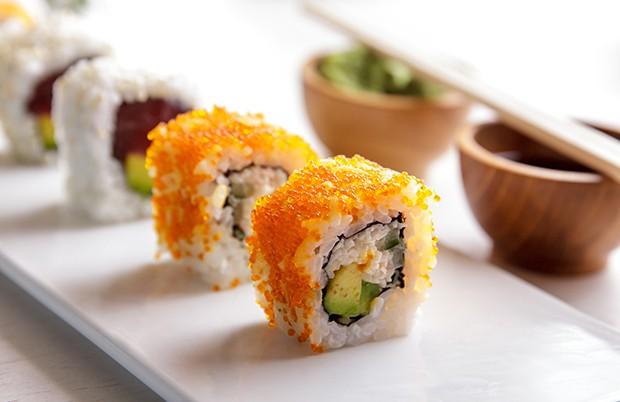 Die Rolle enthält meistens eine Kombination aus Surimi oder Krabbenfleisch, Avocado und Gurke.