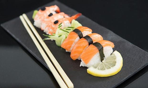 Beim Nigiri-Sushi wird Reis mit der Hand gerollten und mit einer eine beliebigen Zutat belegt.