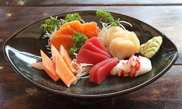 Sashimi ist roher, schön angerichteter Fisch in dünnen Scheiben ähnlich Sushi aber ohne Reis.