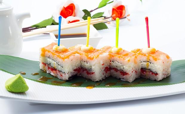Beim Oshi Sushi wird das Sushi in einer Auflaufform oder Oshibox gepresst oder geschichtet.