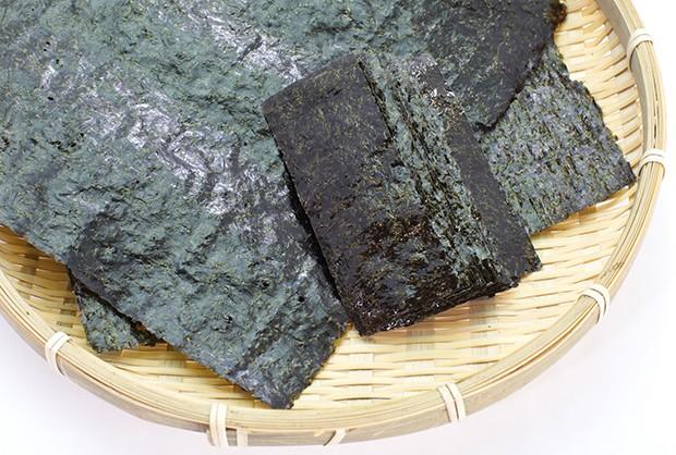 Nori- oder Algenblätter enthalten viele wichtige Nährstoffe und Vitamine.