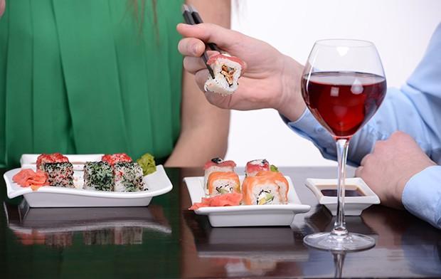 Getrunken werden darf zu Sushi was schmeckt – egal ob Wein, Bier, Cocktails oder Tee.
