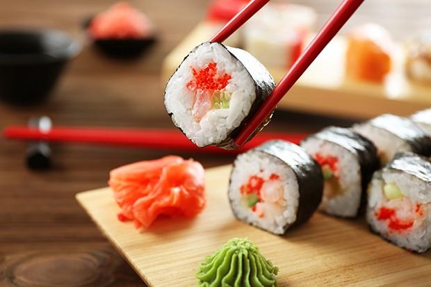 Sushi sollte unbedingt mit Stäbchen und nicht mit Messer und Gabel gegessen werden.