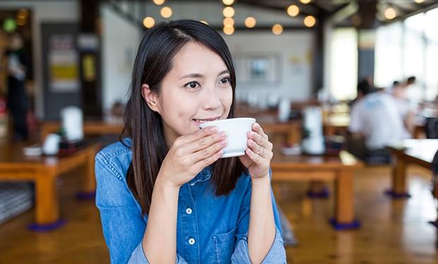 Bei Tee- oder Sake-Trinken sollten immer mit beide Hände verwendet werden.