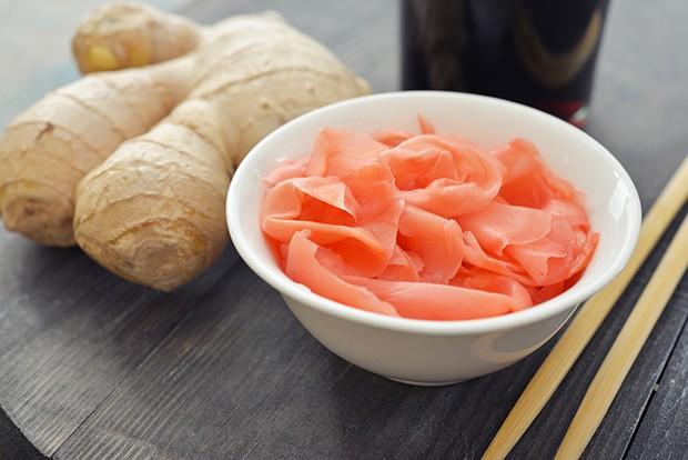 Der eingelegte Ingwer soll den zum Neutralisieren des Geschmackes auf dem Gaumen dienen.