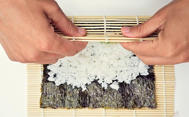 Das Einrollen der Maki-Sushi erfolgt mit Hilfe einer Bambusrolle.