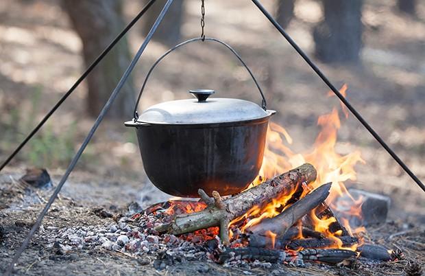 Natürlich kann man den Dutch Oven auch über ein Lagerfeuer aufstellen.