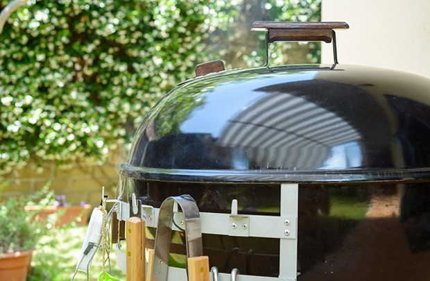 Durch das langsame Grillen, wird das Fleisch so richtig zart und zerfällt fast von alleine.