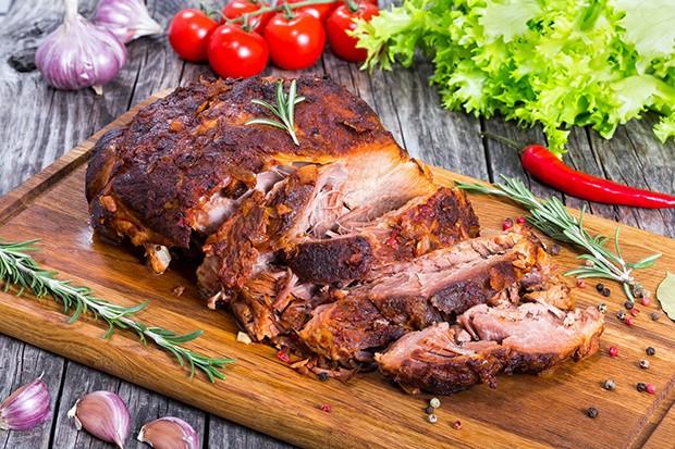 Ob auf dem Grill oder aus dem Backofen – durch die Garmethode wird das Fleisch zart.