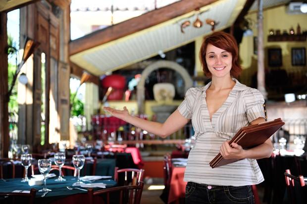 Restaurantbesitzerin mit Menükarte