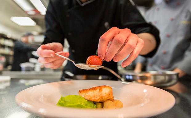 Jung, dynamisch und kreativ ist der neue Küchenchef des Cuisinos Wien - Lukas Olbrich.