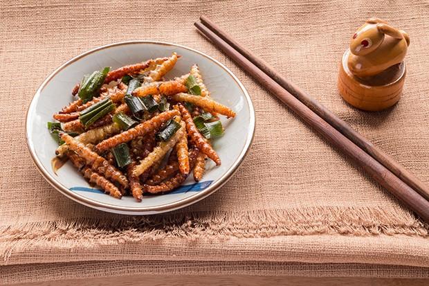 Mehl- und Holzwürmer schmecken leicht nussig und werden oft als Snack für Zwischendurch gereicht.