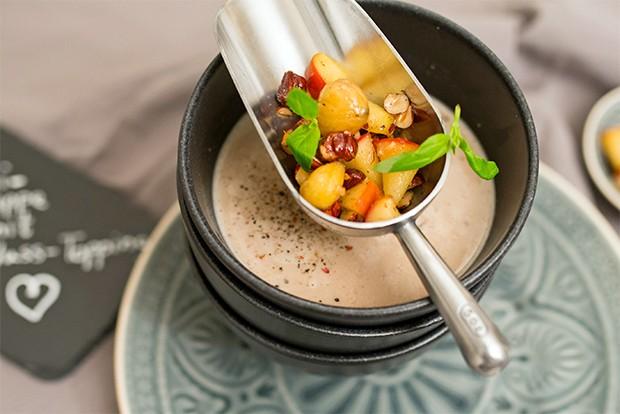 Eine Maronicremesuppe mit herbstlicher Einlage ist das passende Gericht für die kalten Tage.